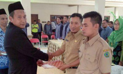 Kepala Desa Junwangi, Syatra Ikhsandra, ST. Menyerahkan SK kepada kedua Perangkat Desa. (par)