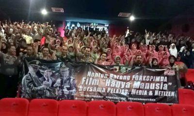 Kapolres Trenggalek foto berdua peserta Nobar film Hanya Manusia di bioskop New Star Cineplex