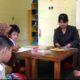 Fian Imuniastun saat mendidik anak didiknya di Sekolah Luar Biasa (SLB) Sumbersari. (gik)