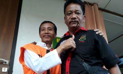 Terdakwa Sugeng usai jalani persidangan dikawal petugas. (gie)