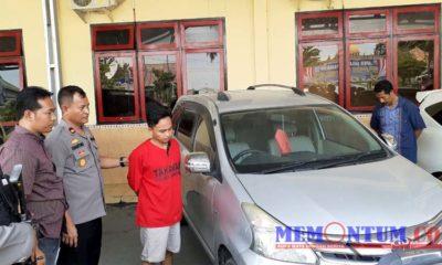 SADIS : Joko (27) salah satu pelaku pembacokan di Desa Bunten Barat saat memperlihatkan mobil yang digunakan pelaku saat melancarkan aksinya. (zyn)