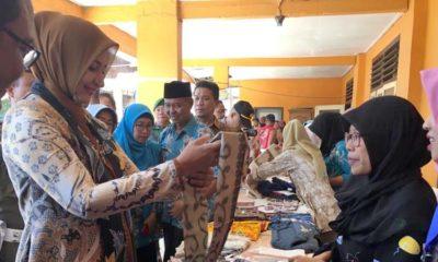 Bupati Jember dr Hj Faida Mmr melihat hasil karya buruh migran di Desa Dukuh Dempok. (ist)