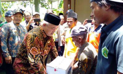 Bupati Malang Drs HM Sanusi MM serahkan bantuan. (Sur)
