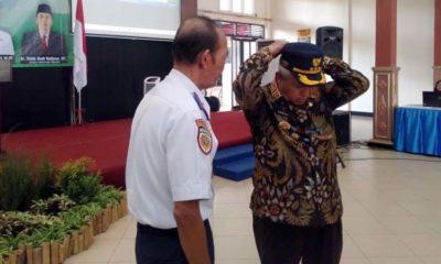 Bupati Malang Drs HM Aanusi MM terima topi LLAJ secara simbolis dari Kadishub Hafi Lutfi. (sur)