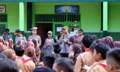 MENYAPA - Kapolresta Sidoarjo, Kombes Pol Zain Dwi Nugroho beserta para perwiranya menyapa para pelajar