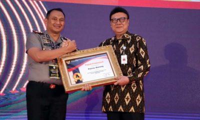 AKBP Yade Setiawan Ujung SH SIK MSi saat menerima penghargaan dari Menpan RB, Tjahjo Kumolo di Jakarta. (ist)