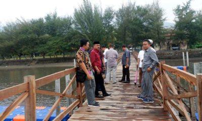 BERBAHAN KAYU : Dermaga rakyat di Wisata Pasir Putih. Komisi III menilai proyek ini dikerjakan asal-asalan. (imam)