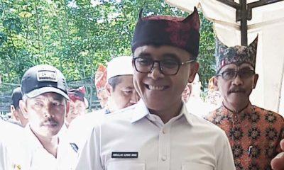 Bupati Banyuwangi Abdullah Azwar Anas didampingi direktur PTPN XII Muhammad Holidi melihat produksi kopi PTPN XII Malangsari, Jumat (13/12/2019) Siang. (tut)