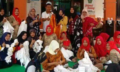Kepala Desa Barengkrajan Asmono dan istri ( Ketua Tim Penggerak PKK ) menyemangati para wanita belajar batik ikat. (par)