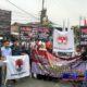 Para demonstran saat melakukan aksi di depan Mapolres Sampang. (zyn)