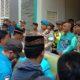Kadisdik Bangkalan Bambang Budi Mustika saat menemui massa pendemo