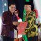 Bupati Bondowoso Drs Salwa Arifin terima penghargaan kabupaten peduli HAM ( foto dul.momentum)