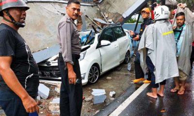 Mobil Tertimpa Tembok, 2 Bocah Selamat