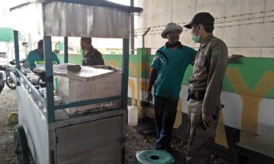 Satuan Polisi Pamong Praja dengan menggunakan satu unit mobil dinas memberikan sosialisasi dan pembinaan terhadap pedagang (gus)