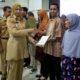Bupati Faida berikan penghargaan kepada belasan perusahaan dan tunjangan kepada warganya. (ist)