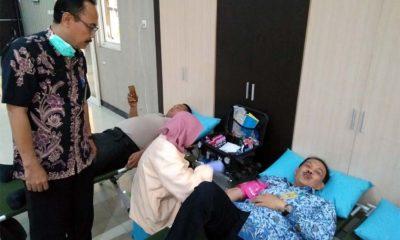 Kepala UPTD Pusksemas Jabon Dr. Djoko Setijono meninjau langsung kegiatan baksos donor darah (gus)