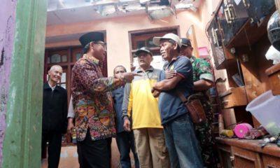 Sutiaji : Walikota Malang Drs Sutiaji saat datangi rumah Sholeh. (ist/ humas)