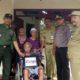 Pak Salim dengan kursi rodanya, menerima rombongan Muspika Kecamatan Patrang. (gik)