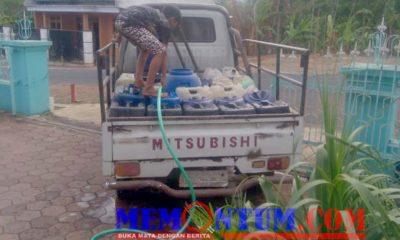 Seorang warga mengambil air di Sumur Tiban Klepu. (sur)
