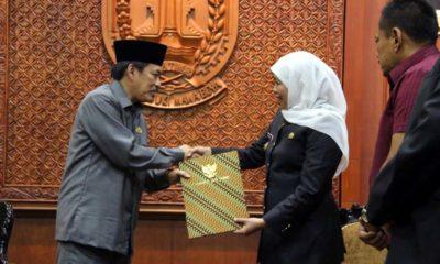 PENYERAHAN - Gubernur Jatim, Khofifah Indar Parawansa menyerahkan surat penunjukkan Wabup Sidoarjo, Nur Ahmad Syaifuddin sebagai Plt Bupati Sidoarjo setelah kasus OTT KPK di Grahadi, Surabaya, Selasa (14/1/2020)