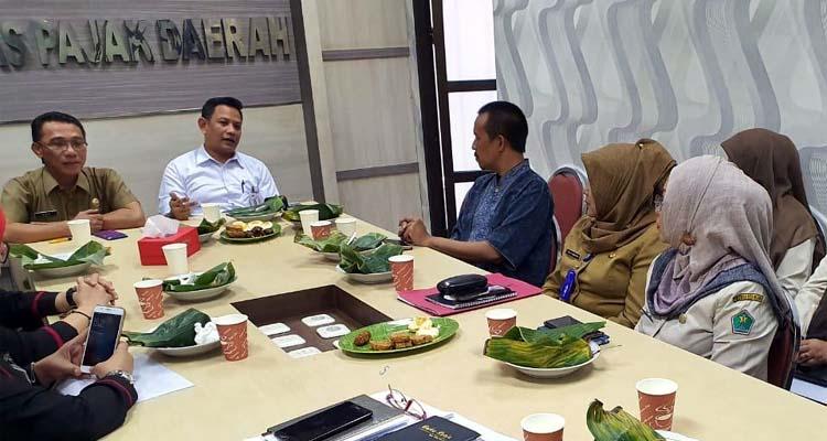 Suasana makan siang dan syukuran sederhana di ruang rapat Bapenda Kota Malang