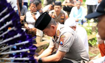 Kapolresta Malang Kota Kombes Pol Dr Leonardus saat di pemakaman Sukadi. (ist)