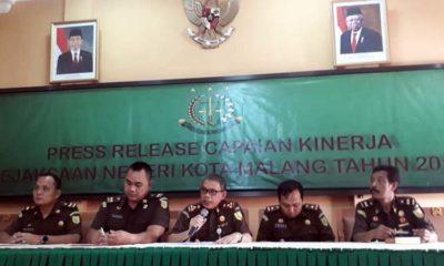 KEJARI : Kejari Kota Malang H Andi Darmawangsa SH MH bersama kasi Pidsus, Kasi Intel, Kasi Pidum dan Kasi Datun. (gie)