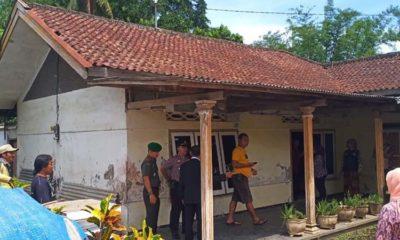 LOKASI : Petugas di rumah terduga penyekap anak. (Humas Polres Malang)