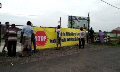 Petani gogol gilir Desa Gelang, Tulangan memasang Spanduk menutup akses jalan masuk Perum Modern Land (gus)