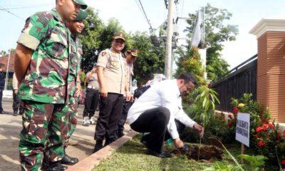 walikota Probolinggo bersama Kapolres probolinggo kota, Danki Yonsipur 10, Kodim 0820 saat menanam bibit pohon mangga di halaman Mako polres Probolinggo kota (Pix)
