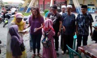 Ketua LSM PAS Sidoarjo Didik (memakai topi ) ketika menyerahkan santunan kepada anak yatim piatu yayasan Bi'rul Ulum Desa Kedondong Tulangan. (sul)