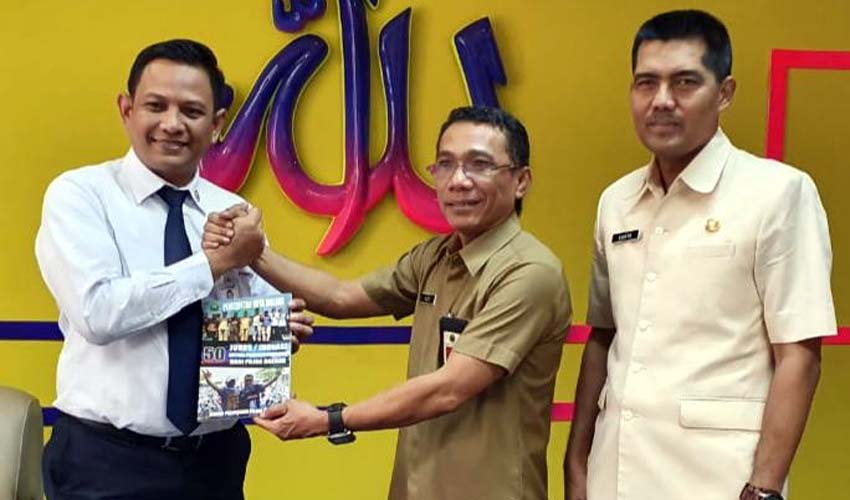 Pimpinan Cabang Bank Jatim Malang, Herry Setya Yudakka (kiri) menerima Buku '50 Inovasi Peningkatan PAD dari Sektor Pajak' dari Kepala Bapenda Kota Malang, Ir H Ade Herawanto MT dalam kunjungannya ke kantor Bapenda, siang kemarin