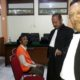 SUGENG : Iwan Kuswardi SH MH, saat bersama Sugeng usai persidangan dalam agenda pemeriksaan terdakwa. (gie)