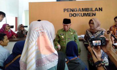 Bupati Malang Drs HM Sanusi MM saat Sidak Kantor Dispenduk Capil. (Sur)