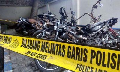 Belasan sepeda motor rusak akibat bentrok suporter Bonek dan Arema di Blitar kemarin