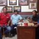 Achad Sugito dan Suryanto, koordinator Seveb Gab LSM memimpin rapat setelah menerima pengaduan masyarakat sekertariat kawasan GOR Gelora Delta . (sul)