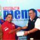 Zaenal Marzuki saat membagikan Masker ke Kepala Biro Memo X jember Wahyudiono. (Kj1)