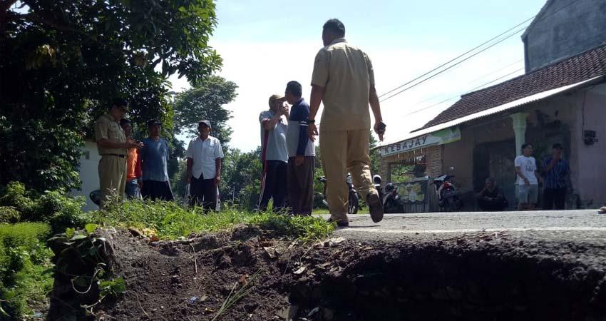 warga sedikit protes akibat dinding penahan tanah yang ambles dan berbahaya. (gik)