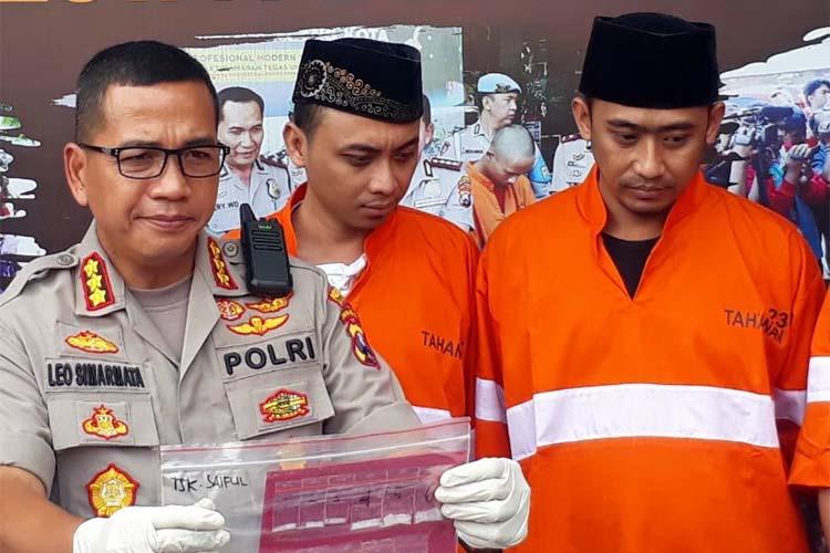 Tersangka Saiful dan Farky berkopiah, saat dirilis di Mapolresta Malang Kota. (gie)
