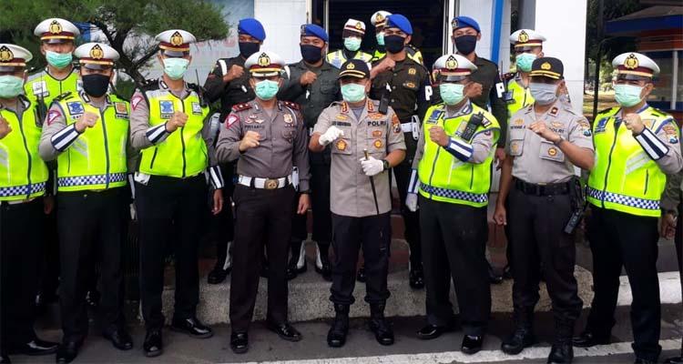 TNI-Polri bersinergi dalam sosialisasi pencegahan covid 19. (gie)
