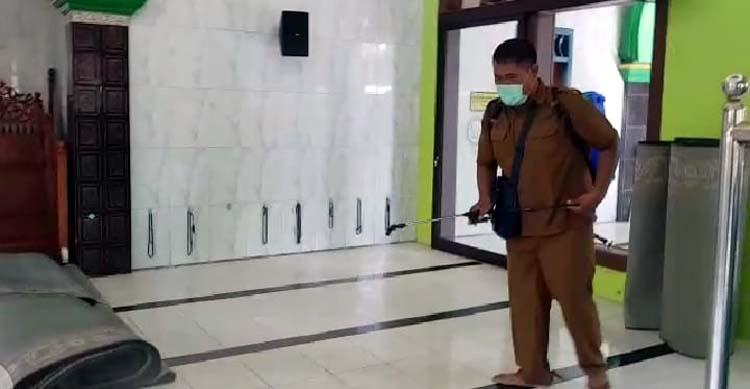 Petugas tim kesehatan Puskesmas Jabon, melakukan penyemprotan sarana ibadah dan pondok pesantren (gus)