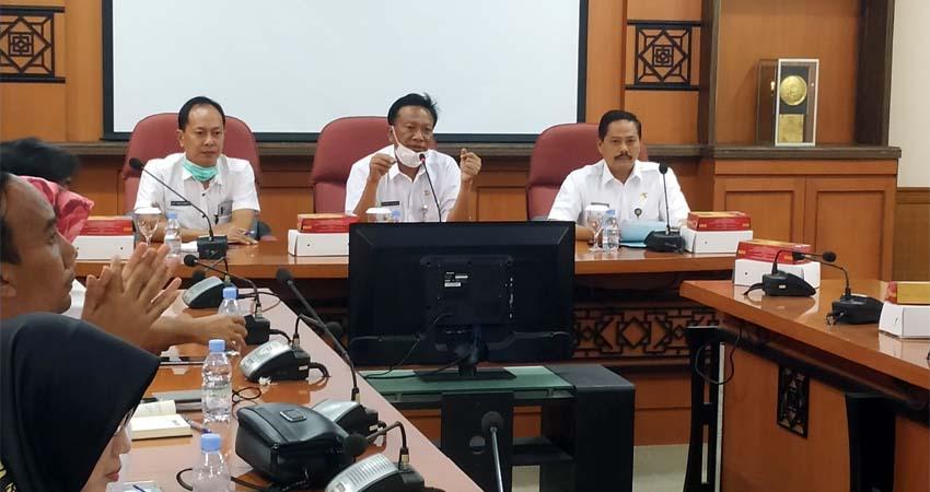 Bupati saat memimpin rapat yang kala itu didampingi oleh Plh Sekda Gresik Nadlif dan Kepala Inspektorat Edi Hadisiswoyo