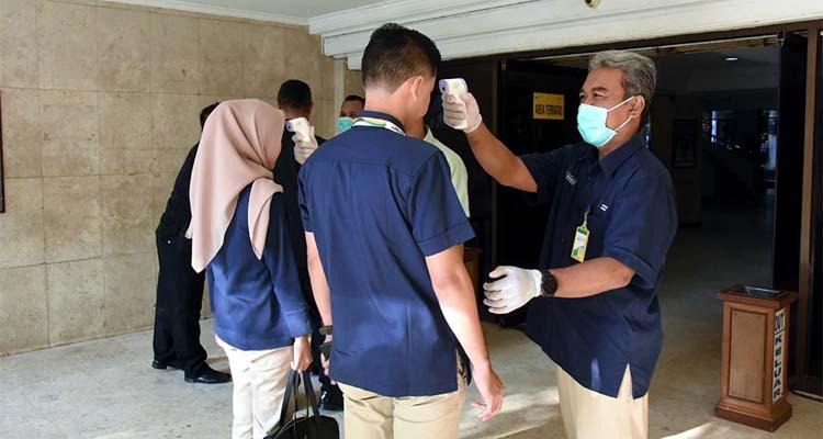 Pengecekan suhu tubuh karyawan Petrokimia Gresik di lobby sebelum masuk kantor