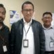 Bramantyo bersama rekannya, saat ditemui sejumlah wartawan di kantornya (gik)