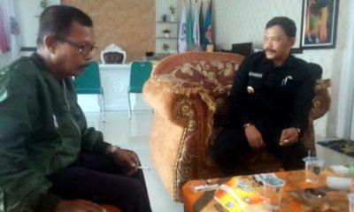 Koordinator FABPAD, Sampir Riyanto saat menemui Kades Kebaman Alif Burhanuddin, bertempat di ruang Kades Kebaman Alif Burhanuddin, Selasa (10/03/2020) siang. (tut)