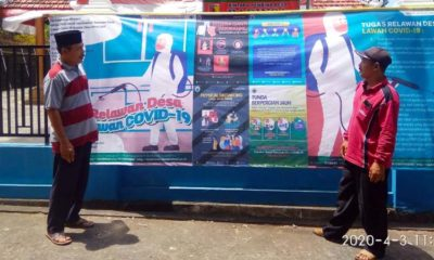 Kepala Desa Kedung Banteng Suwarno Bersama Kasun di depan Pos Pantau. (Sur)