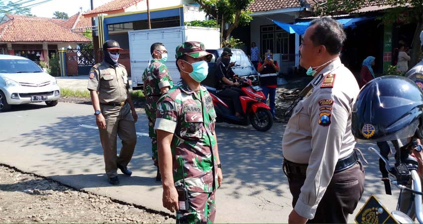 Tampak petugas membubarkan para pedagang dan pengunjung pasar hewan Yosorati. (ist)