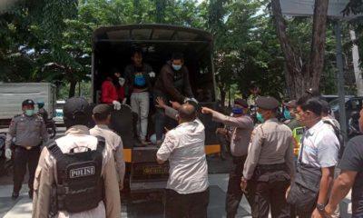 DIANGKUT - Sejumlah aktivis yang tergabung dalam Solidaritas Mahasiswa Sidoarjo (Somasi) diangkut dan diamankan ke Polresta Sidoarjo saat hendak memulai aksinya di depan gedung DPRD Sidoarjo, Rabu (8/4/2020)
