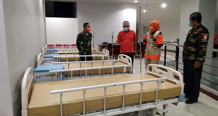 Bupati Jember dr Faida, Dandim 0824 jember Laode M.Nurdin dan polres Jember saat meninjau ruangan JSG yang menjadi ruang isolasi. (Ist)