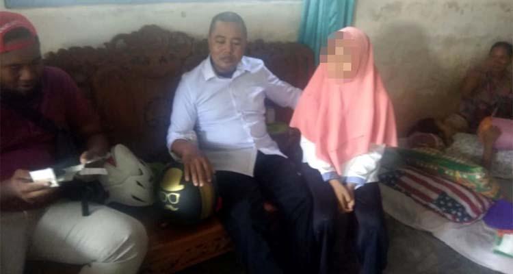 Tersangka Ahmad saat diamankan anggota unit Reskrim Polsek Wongsorejo di rumah korban. (kur)